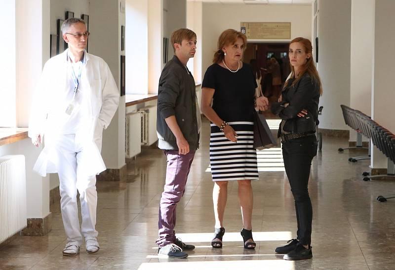 Režisér Miloslav Šmídmajer natáčí komedii v litoměřické nemocnici. Před kamerou se objevila také Eva Holubová
