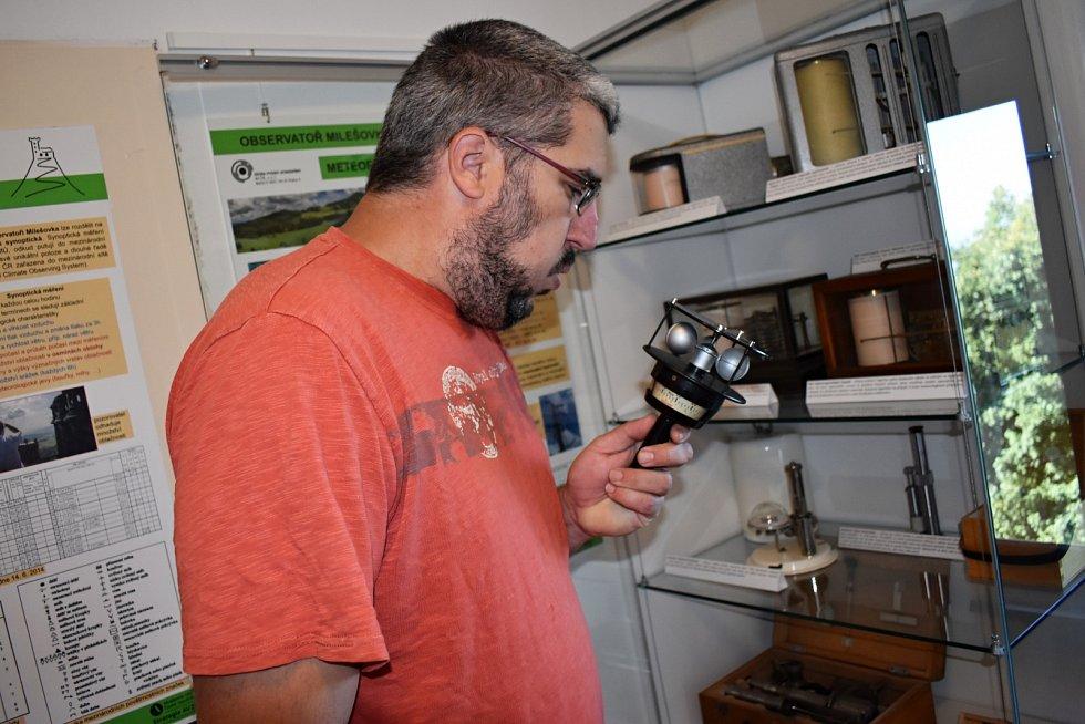 Petr Zacharov v muzeu se starými měřícími přístroj