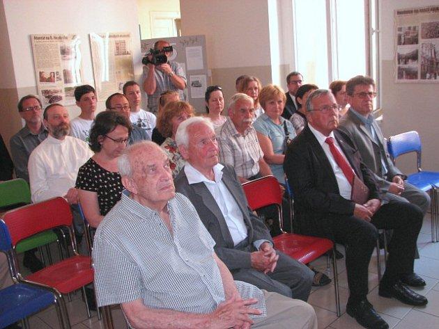 Vúterý 20.června, přesně 75let od chvíle, kdy gestapo vtrhlo do tehdejšího Reálného gymnázia a Vyšší průmyslové školy, se sešli zástupci veřejnosti se dvěma přeživšími Miroslavem Kubíkem a Robertem Bardefeldem.