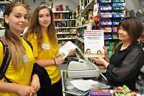 V PRODEJNĚ. Jako členky zastupitelstva mládeže obcházely provozovny i Marie Hervertová z gymnázia a Lucie Janatová z Masarykovy základní školy. Na snímku s provozovatelkou jedné z prodejen na Mírovém náměstí.