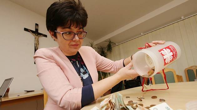 Ředitelka roudnické charity Marcela Lysáčková počítá peníze z Tříkrálové sbírky