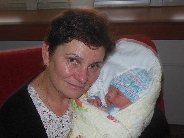 Petře Horové a Ondřeji Boubelíkovi z Litoměřic se 2. ledna ve 22 hodin narodil v Litoměřicích syn Michal Hora. Měřil 50 cm a vážil 3,3 kg. Na snímku s babičkou Evou.