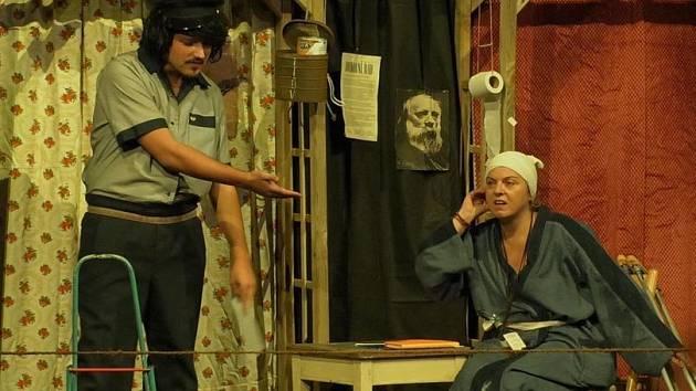 Program zahání v pátek v 18 hodin divadlo Pik-Art s komedií Na pavlači.
