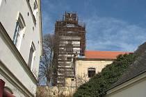 KOSTEL SV. PETRA A PAVLA v Soběnicích má to nejhorší za sebou, chrání ho nová střecha a opláštěná je i báň.