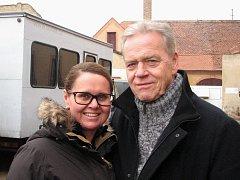 V TEREZÍNĚ. Německého herce Jürgena Heinricha doprovázela při natáčení v Malé pevnosti Terezín herečka Claudie Vašeková.