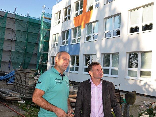 Místostarosta Krejza (vpravo) s ředitelem Milanem Slukou včera společně prošli Základní školu U Stadionu, jejíž revitalizace se chýlí ke konci.