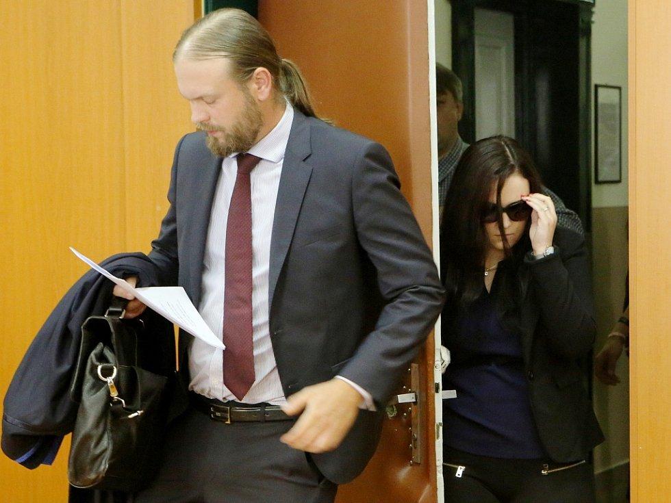 Simona Prágrová přichází k jednání u litoměřického soudu