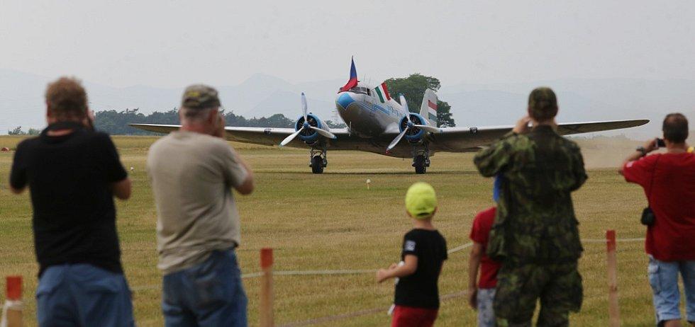Páteční přílet letadel na Memorial Air Show 2017