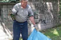 """ŠPINAVÁ PRÁCE. Několikrát týdně čistí Anotnín Kudláček prostor kolem schodů vedoucích na Mostnou horu. """"Po pátku tu běžně nasbírám i osm pytlů odpadků,"""" řekl."""