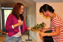 Koordinátorka projektu Jana Hanousková (vlevo) na závěr konference poděkovala za práci předsedům jednotlivých pracovních skupin. Patřila mezi ně i Jana Matoušková, která řídila pracovní skupinu pro osoby se zdravotním postižením.