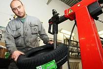LETOŠNÍ první sníh donutil řidiče začít přezouvat zimní pneumatiky o několik týdnů dříve.Téměř všechny pneuservisy mají plno a na přezutí je třeba se objednat. Na snímku mechanik Herbert Hieke z autosalonu Okim přezouvá pneumatiku se zimním vzorkem.