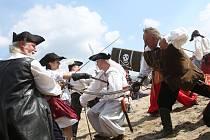 Jezero Chmelař obsadili se svými loděmi piráti. Fotografie z minulého roku