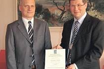 ZÁRUKA KVALITY.  Ředitel nemocnice Leoš Vysoudil převzal z rukou Tomáše Urbana certifikát ISO.