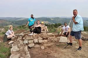 Srpnový archeologický průzkum na severní skále hradu Kalich u Třebušína přinesl řadu objevů.