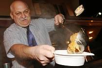 BÝVALÝ VOJÁK Jozef Pásztor vařil v Litoměřicích kapustnici k dobročinným účelům už potřetí.