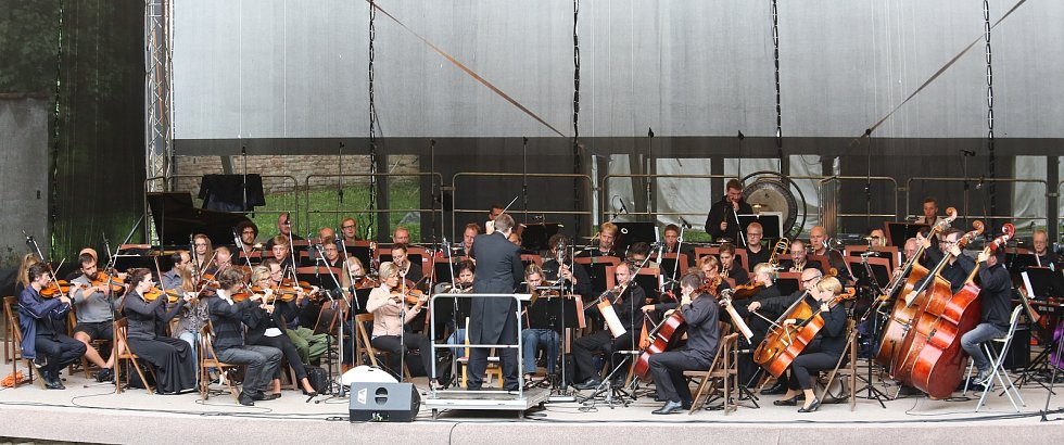 Velký letní koncert v litoměřickém letním kině. Jako host zde vystoupila zpěvačka Bára Basiková.