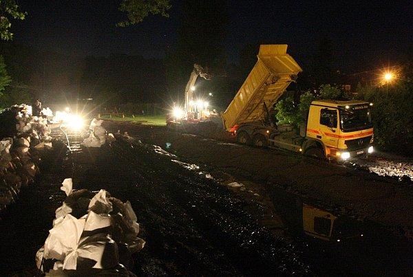 Lovosice před půlnocí - snaha hasičů a pracovníků odborné firmy udržet protipovodňovou zeď uLovochemie nepropustnou