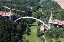 Stavba mostu přes Oparenské údolí.