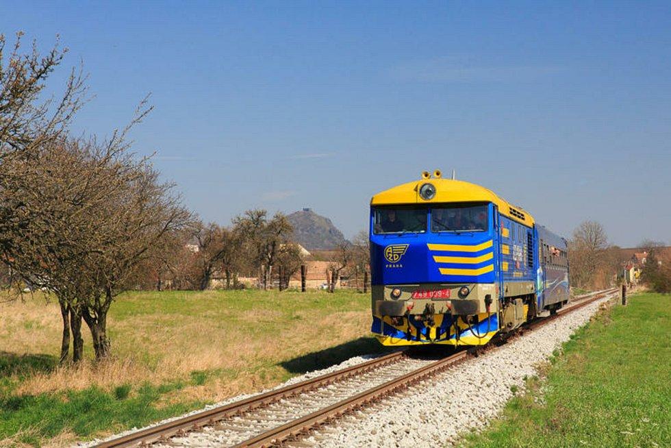 Na Velikonoční pondělí soupravu z Litoměřic do Chotiměře potáhne lokomotiva Bardotka.