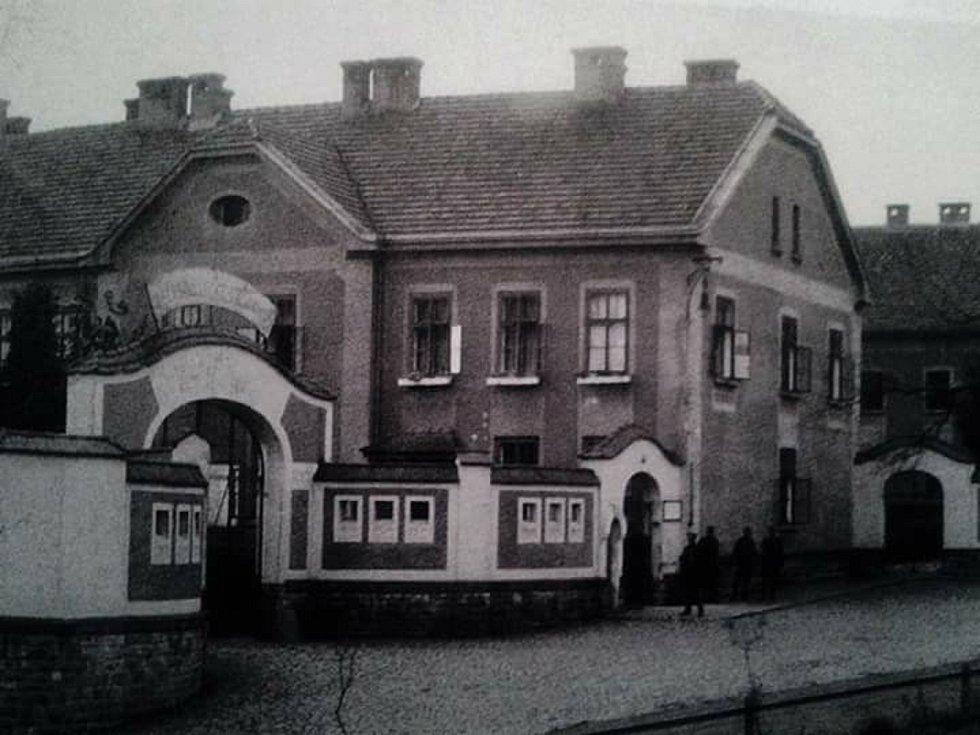 Budova bývalé vrátnice v kasárnách na historickém snímku.