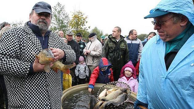 Výlov rybníka ve Straškově.