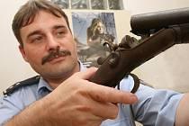 ODEVZDANÉ ZBRANĚ. Mezi zbraněmi, které lidé v rámci takzvané zbraňové amnestie odevzdávají, jsou často nalezené kusy staršího data výroby. V Litoměřicích jde zatím nejčastěji o lovecké a sportovní exempláře.