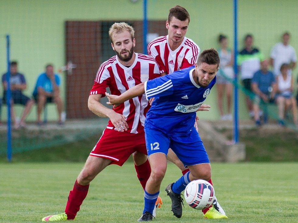O mistrovské body budou poprvé v nové sezoně bojovat i Hrobce (v modrém) a Brozany, které se v létě utkaly v poháru.
