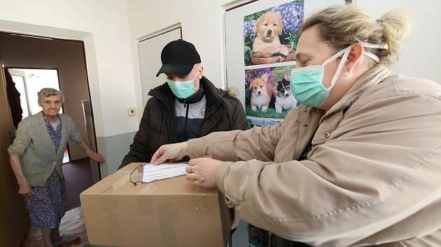 Městský úřad, jeho sociální odbor, společně s dobrovolnými hasiči rozvážejí seniorům v Litoměřicích potravinové balíčky.
