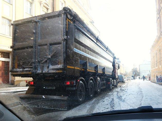 ULICÍ NA VALECH ipřes zákaz řidiči kamionů občas projíždějí.