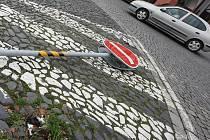 Další padla. Značky na litoměřickém náměstí řidičům vadí