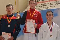 MEDAILISTA. Petr Marschall (uprostřed) získal dvě medaile, tu cennější v disciplíně kumite.