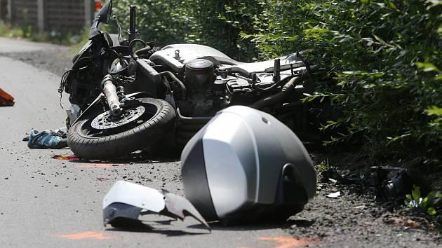Motorkář havaroval u Mašůvek. Skončil v nemocnici
