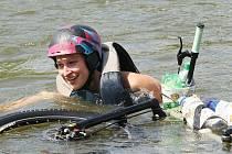 Skoky do vody na kolech v Roudnici.