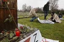 Zhruba patnáctka lidí se v úterý v poledne sešla na Národním hřbitově v Terezíně, aby uctila památku romských obětí holocaustu. Mezi účastníky poklidného pietního shromáždění byli i sami Romové.