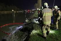 Zásah hasičů v Lovosicích, kde došlo k úniku neznámé látky do řeky Labe