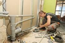 Řemeslníci nyní opravují školy.