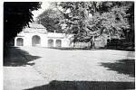 Archivní snímek z areálu doksanského zámku v červenci roku 1944.