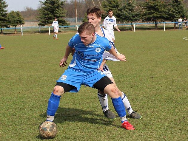 Dohrávku 17. kola divize B ktg. U19 zvládli fotbalisté SK Roudnice (v modrém), kteří porazili Kladno B 4:1.