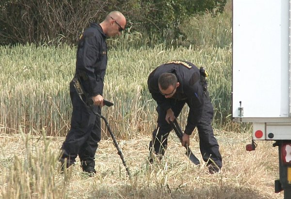 HLEDAJÍ STOPY. Vokolí Klenče na Roudnicku vpondělí pátrali policejní specialisté.  Hledali nábojnice a další předměty, které by stragédií mohly souviset.