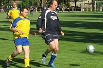 V utkání A skupiny Jabe ligy starých gard porazili fotbalisté Českých Kopist Lovečkovice 6:4. Pěti góly k tomu přispěl Antonín Rosa (vpravo), kterého stíhá Martin Rýdl.