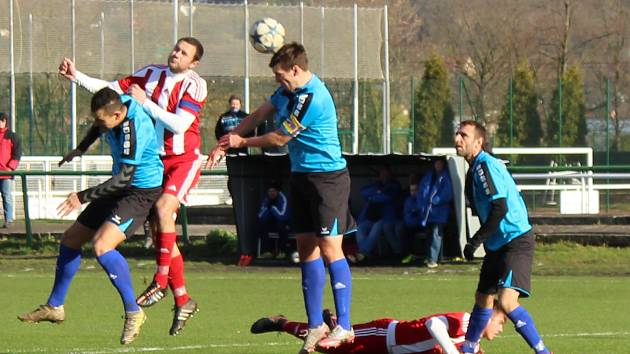 Fotbalisté Štětí (v modrém) nestačili doma na Sokol Srbice.