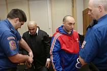 Okresní soud v Litoměřicích - proces se zloději destiček se jmény umučených v Terezíně. Dva obžalovaní - Daňo a Mirga jsou ve vazbě, třetí Petr Hricko je na útěku..