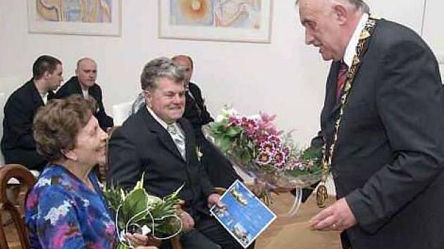 SLAVNOSTNÍ obřad si manželé Chládkovi připomněli před starostou Janem Kulhánkem a matrikářkou Hanou Beránkovou.