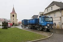 Řidiči kamionů si zkracují objížďku. V Mlékojedech porušují zákaz vjezdu