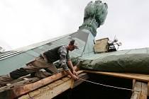 Mistři tesaři pokračují opravou trámů střechy pod věží Kalich na litoměřické radnici