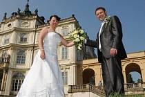 Na zámku v Ploskovicích v sobotu oddali poslední snoubenecký pár v letošní sezoně.