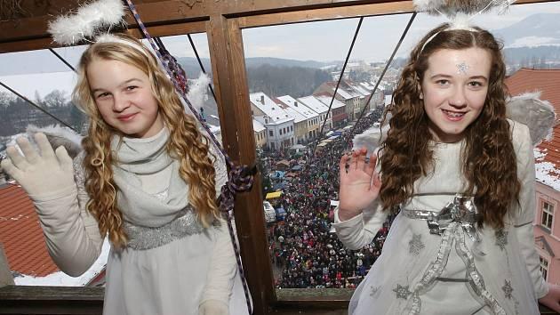 Již sedmnáct let se snášejí andělé o vánočním jarmarku v Úštěku z kostelní věže.