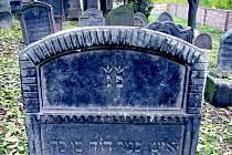Náhrobek na židovském hřbitově v Libochovicích po opravě.