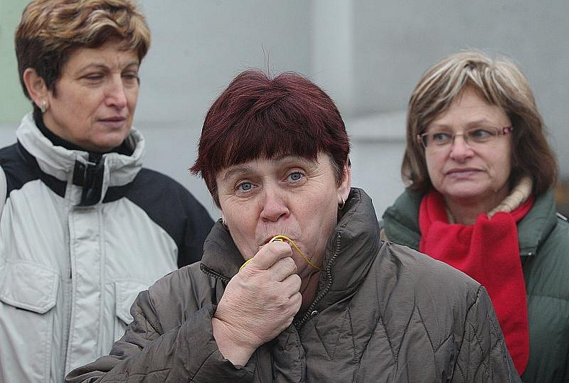 Stávkující odboráři z Litoměřic vyrazili v půl jedenácté autobusem do Ústí nad Labem, kde se účastní demonstrace na Lidickém náměstí.