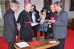 Fotograf Litoměřického Deníku Karel Pech (vpravo) předal arcibiskupovi Giuseppe Leanzovi svou knihu s fotografiemi z loňské povodně na Litoměřic